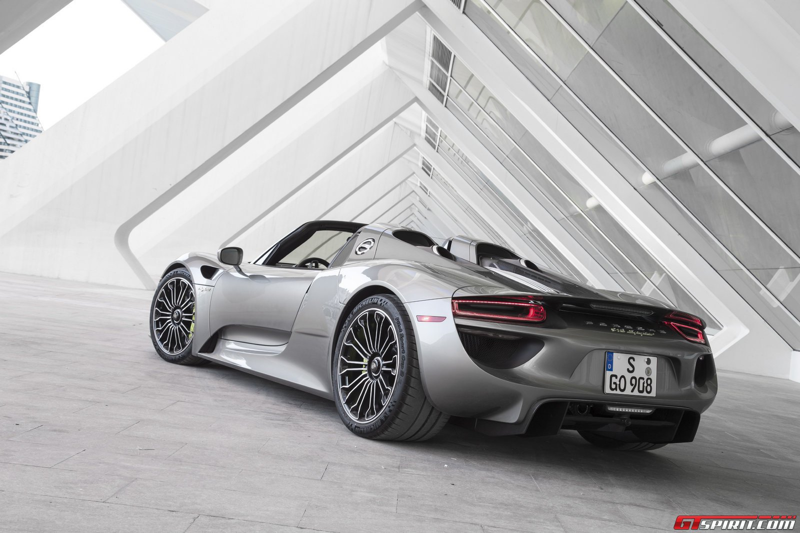gtspirit 2014 porsche 918 spyder liquid metal silver 0010. Black Bedroom Furniture Sets. Home Design Ideas