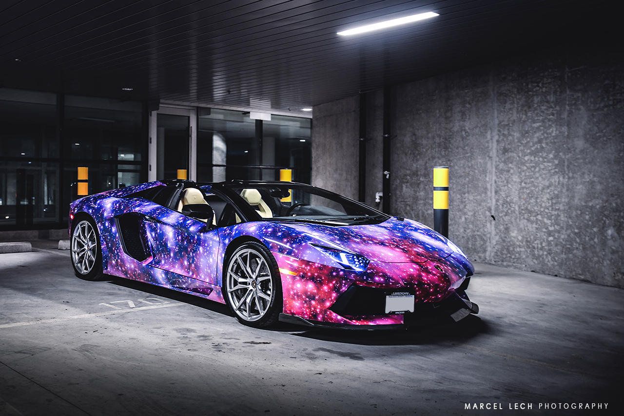 Суперкар Lamborghini Aventador Roadster в Galaxy-виниле