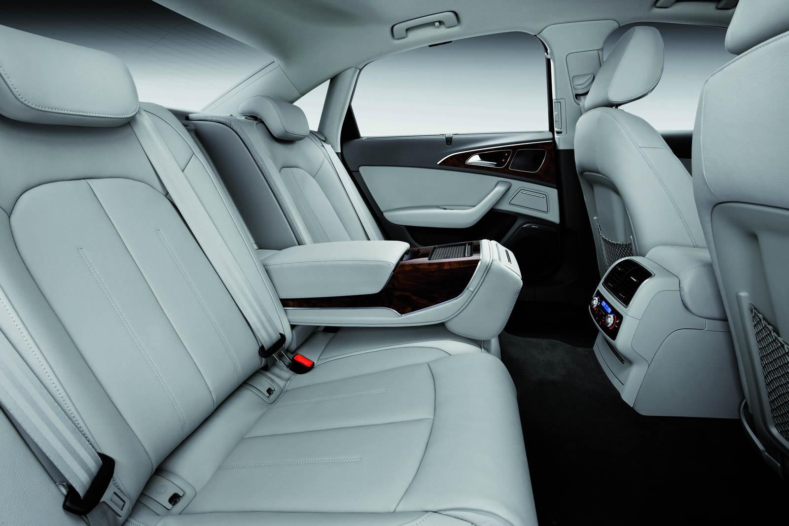 Задний диван с подлокотником в салоне Audi A6 L e-tron