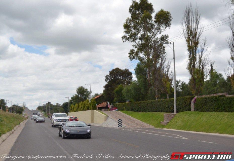 Фото   Lamborghini Gallardo на дороге в Мексике