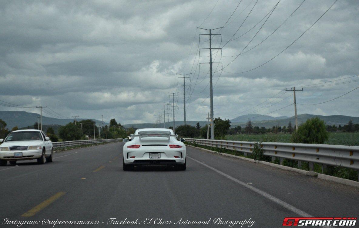 Фото   Porsche 911 на дороге в Мексике