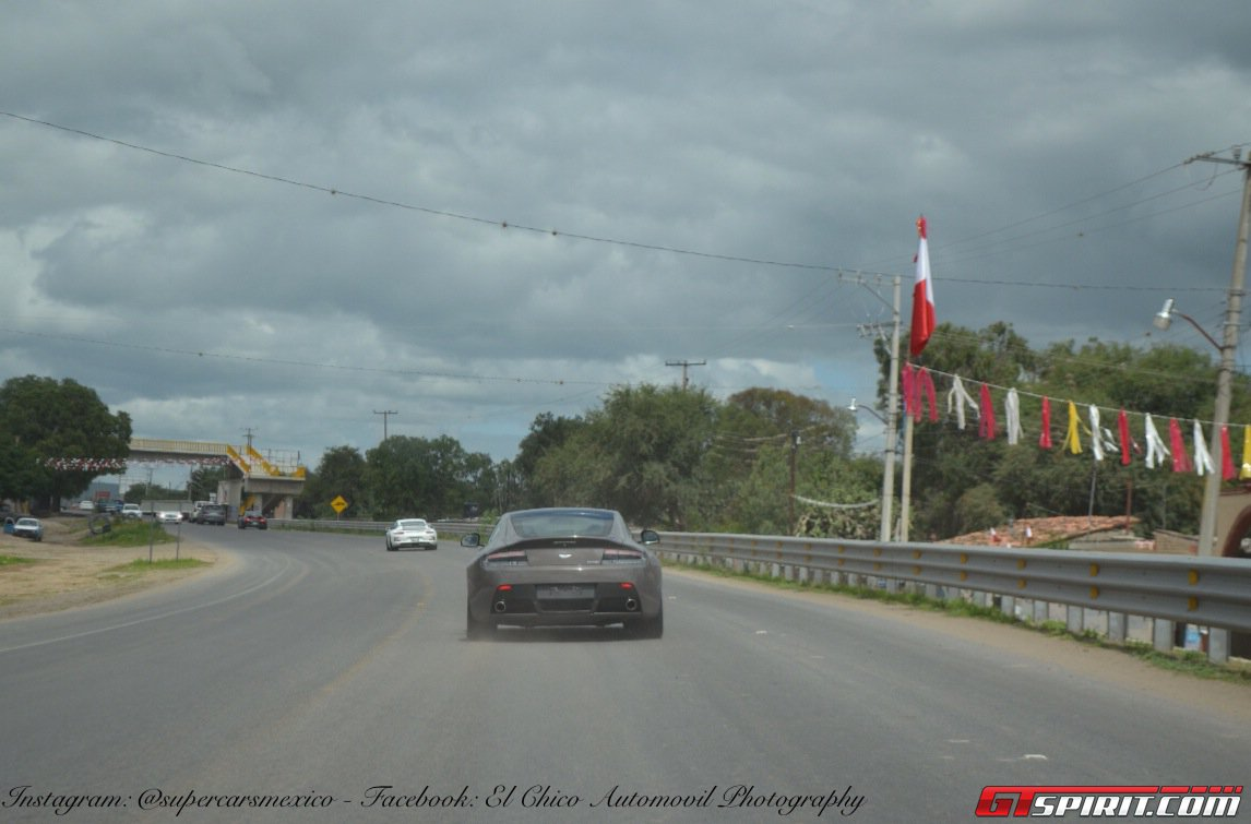 Фото   Aston Martin DB9 на дороге в Мексике