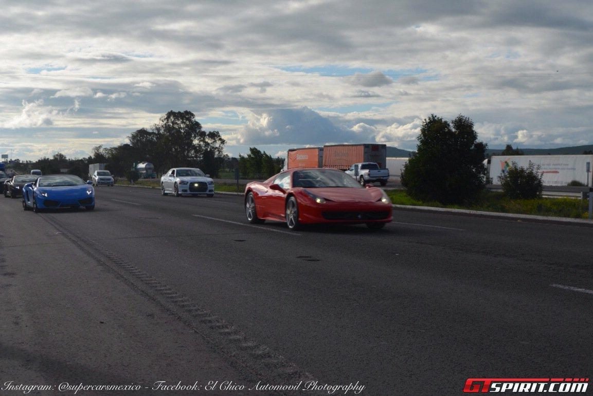 Фото   Красная Ferrari 458