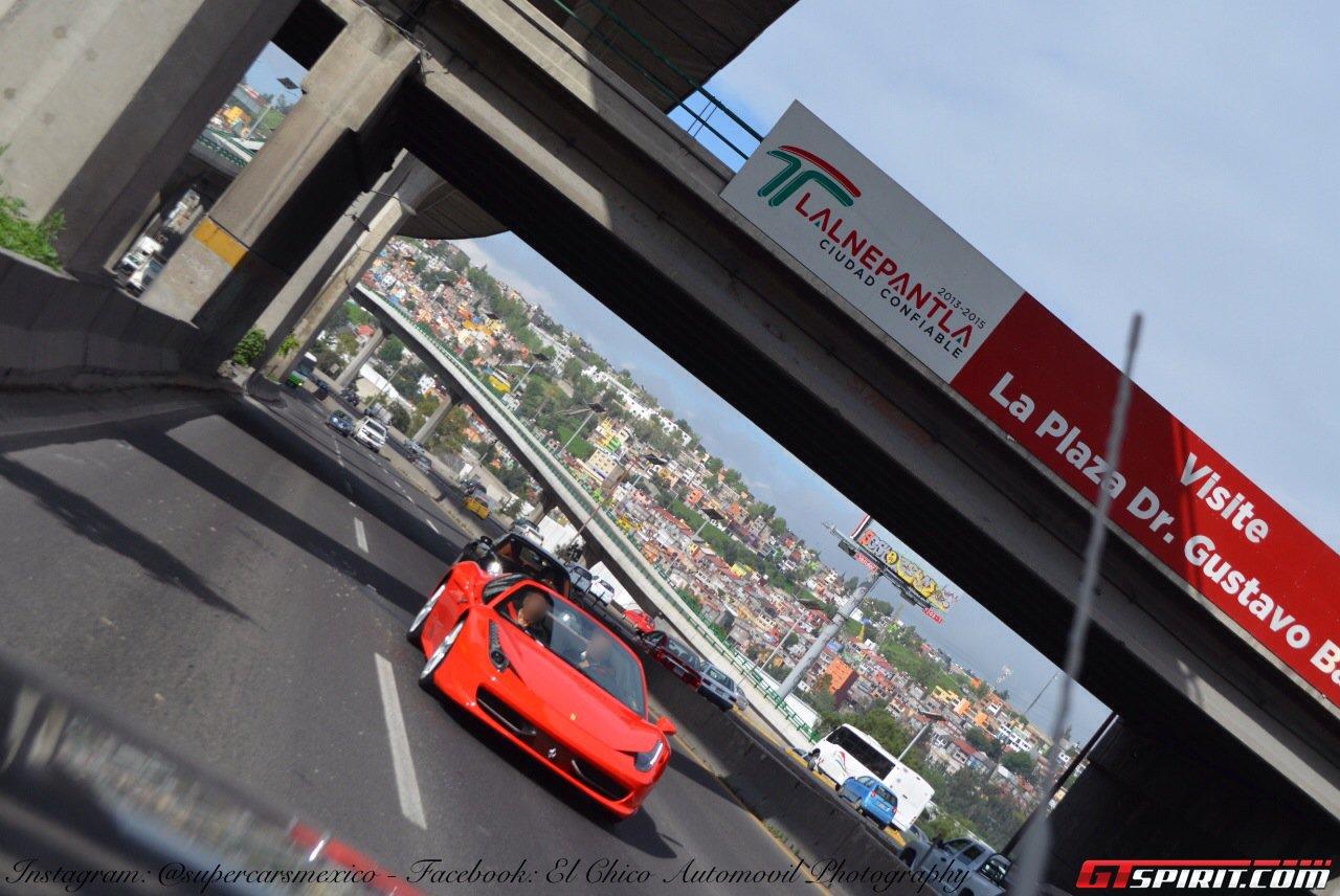 Красная Ferrari 458