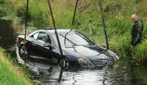 Car Crash Mercedes SL 500 Tries to Swim