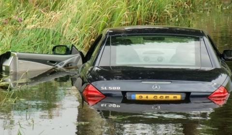 Car Crash Mercedes SL 500 Tries to Swim 02