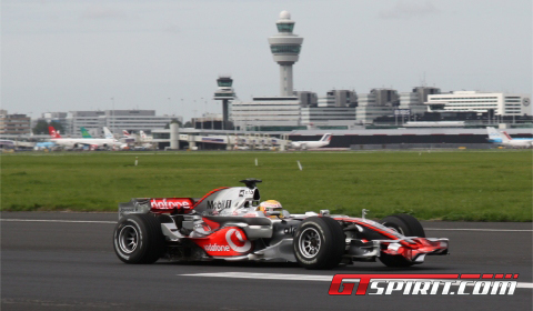 Lewis Hamilton Beats Virtual Vodafone Facebook F1 Racer at Schiphol Airport