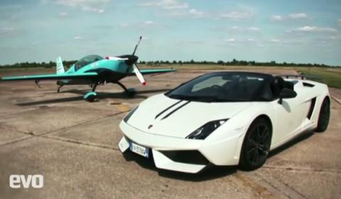 Video Lamborghini LP570-4 Performante vs Stunt Plane