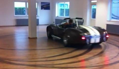 Video AC Cobra Tokio Drift in Living Room