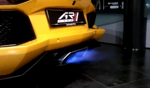 Video Lamborghini Aventador LP700-4 Shooting Flames