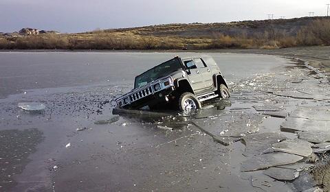 BJ40 trayback réplica - Page 9 Hummer-H2-Falls-Through-Ice-Lake-In-Washington