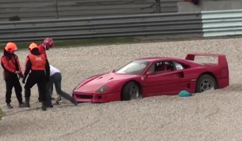 Video Ferrari F40 in Gravel at TT Assen Circuit