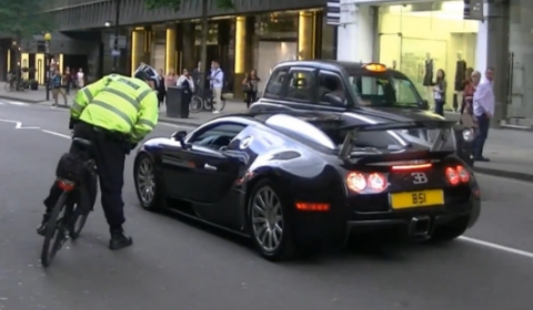 Video Veyron Stopped by Policeman on Bike