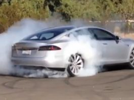 Video Tesla Model S Doing a Burnout
