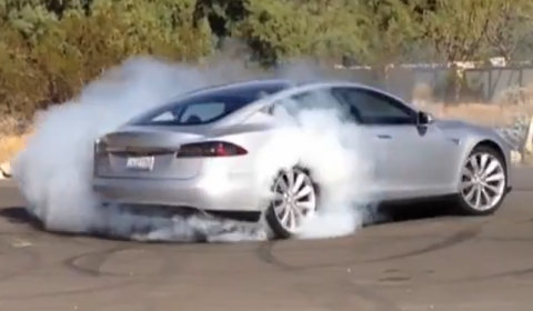 Video Tesla Model S Doing a Burnout