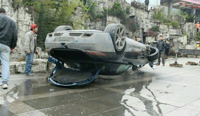Car Crash Mercedes-Benz SLS AMG Flips Into Pond in China