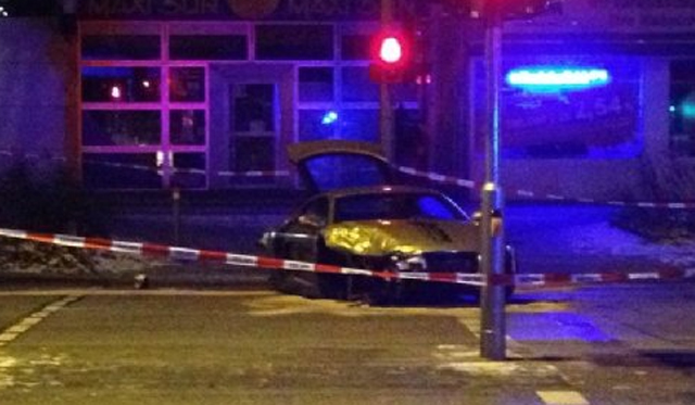 Car Crash: Arabian man Crashes Golden Audi R8