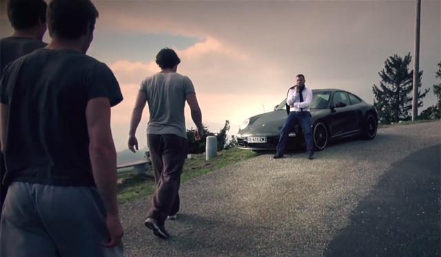 Video: Porsche 911 vs Four Traceurs (Parkour)
