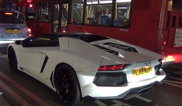 Lamborghini Aventador Driver in London Tries to Bride Traffic Warden!