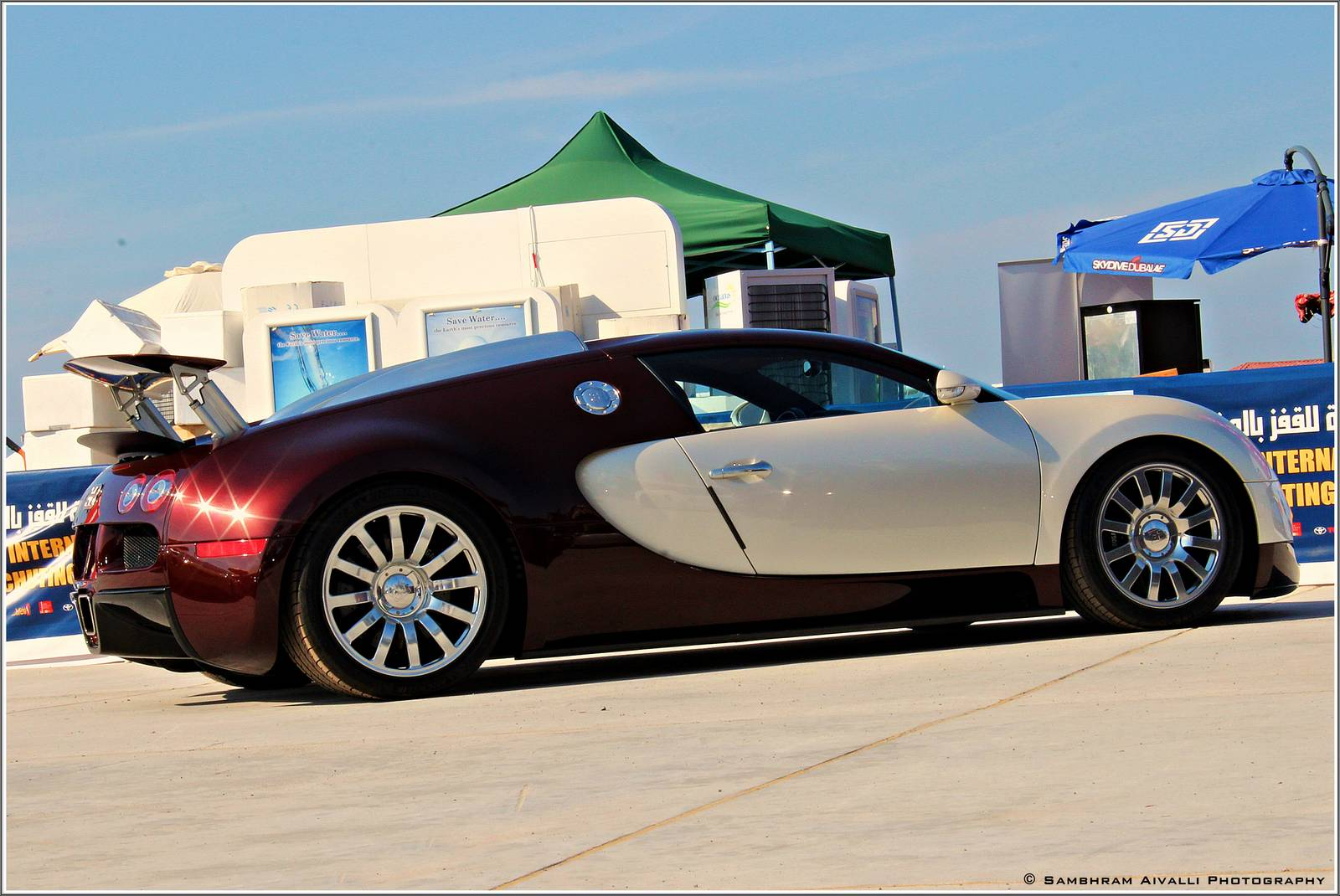 three bugatti veyrons wow at dubai parachuting. Black Bedroom Furniture Sets. Home Design Ideas