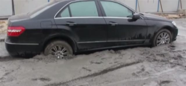 Mercedes-Benz E-Class Gets Stuck in Concrete in China