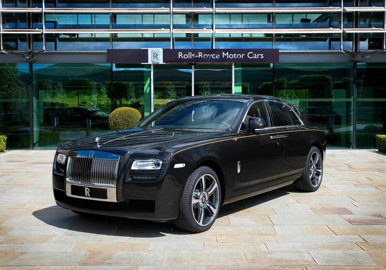 rolls royce ghost v specification 50th anniversary edition for japan gtspirit. Black Bedroom Furniture Sets. Home Design Ideas