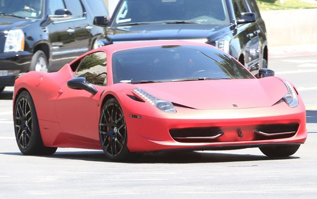 justin-bieber-gives-selena-gomez-a-ride-back-home-in-his-ferrari-458    White Ferrari 458 Italia Justin Bieber