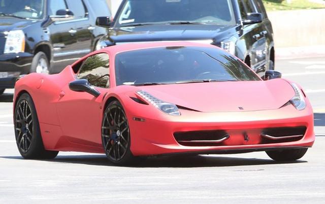 justin-bieber-gives-selena-gomez-a-ride-back-home-in-his-ferrari-458    White Ferrari 458 Italia Justin Bieber