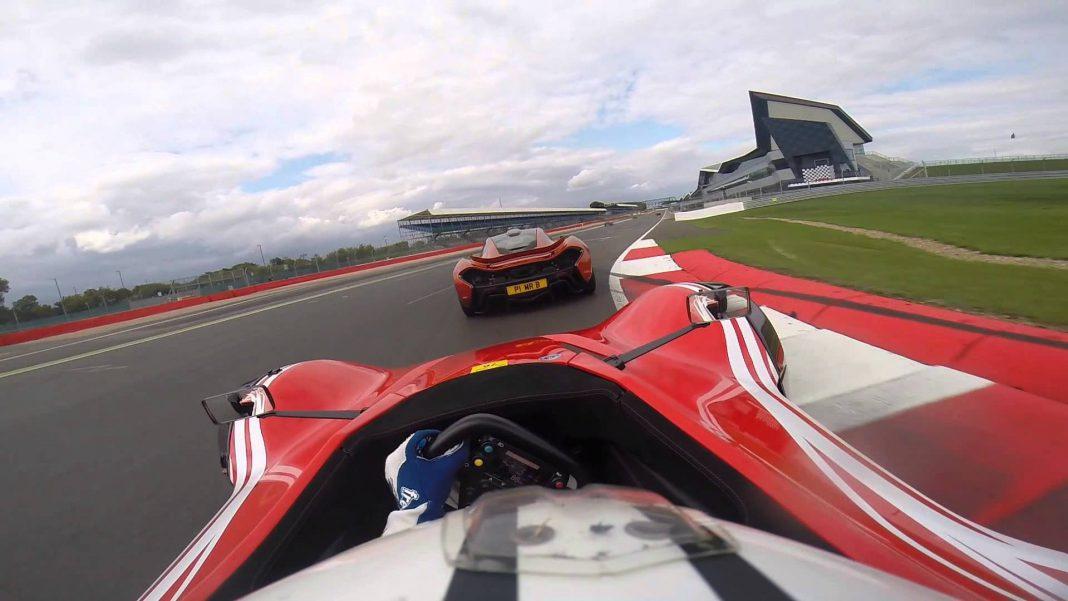 Video: McLaren P1 vs BAC Mono Hot Lap at the Silverstone Circuit