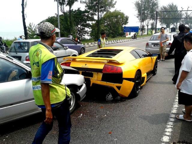 Daihatsu Crashes into Lamborghini Murcielago in Malaysia