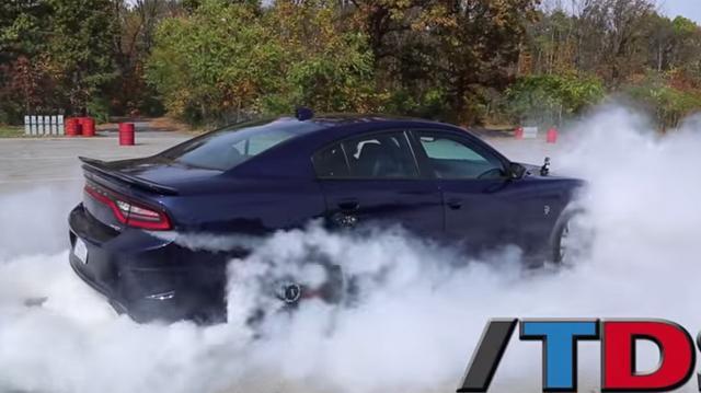 Video 2015 Dodge Charger Srt Hellcat Does Huge Burnout