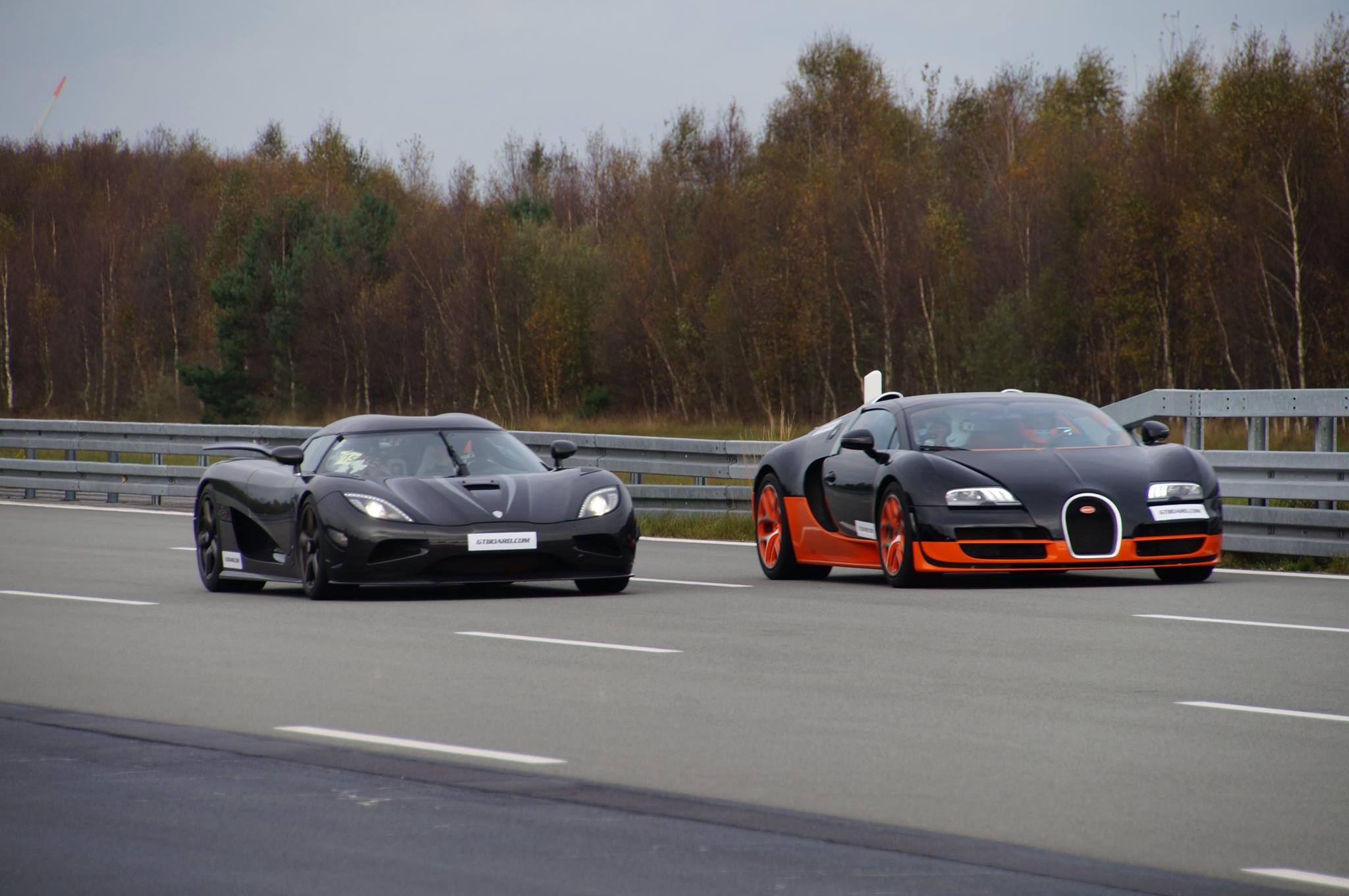 Video: Koenigsegg Agera R vs Bugatti Veyron Vitesse Race ...