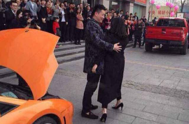 Chinese Man Straps Giant Bear to Lamborghini on Valentines Day and Proposes to Girlfriend