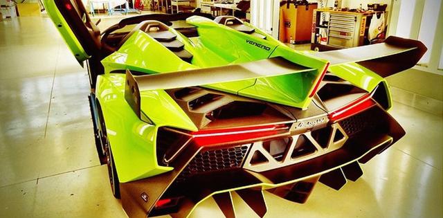 veneno-roadster-and-aventador-roadster-in-verde-singh-image-via-lamborghiniks-on-instagram_100508596_l
