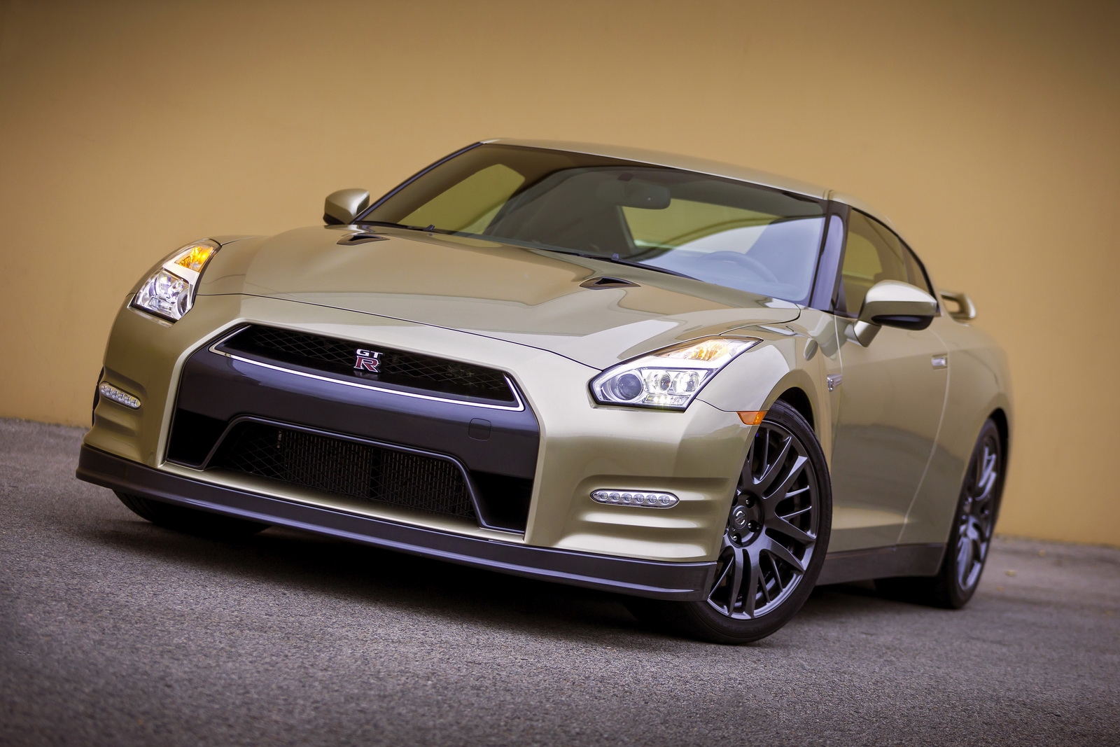 nissan gt r 45th anniversary poses in gold gtspirit. Black Bedroom Furniture Sets. Home Design Ideas