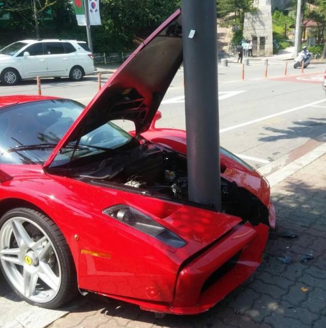 Ferrari Enzo Crashes into Telegraph Pole