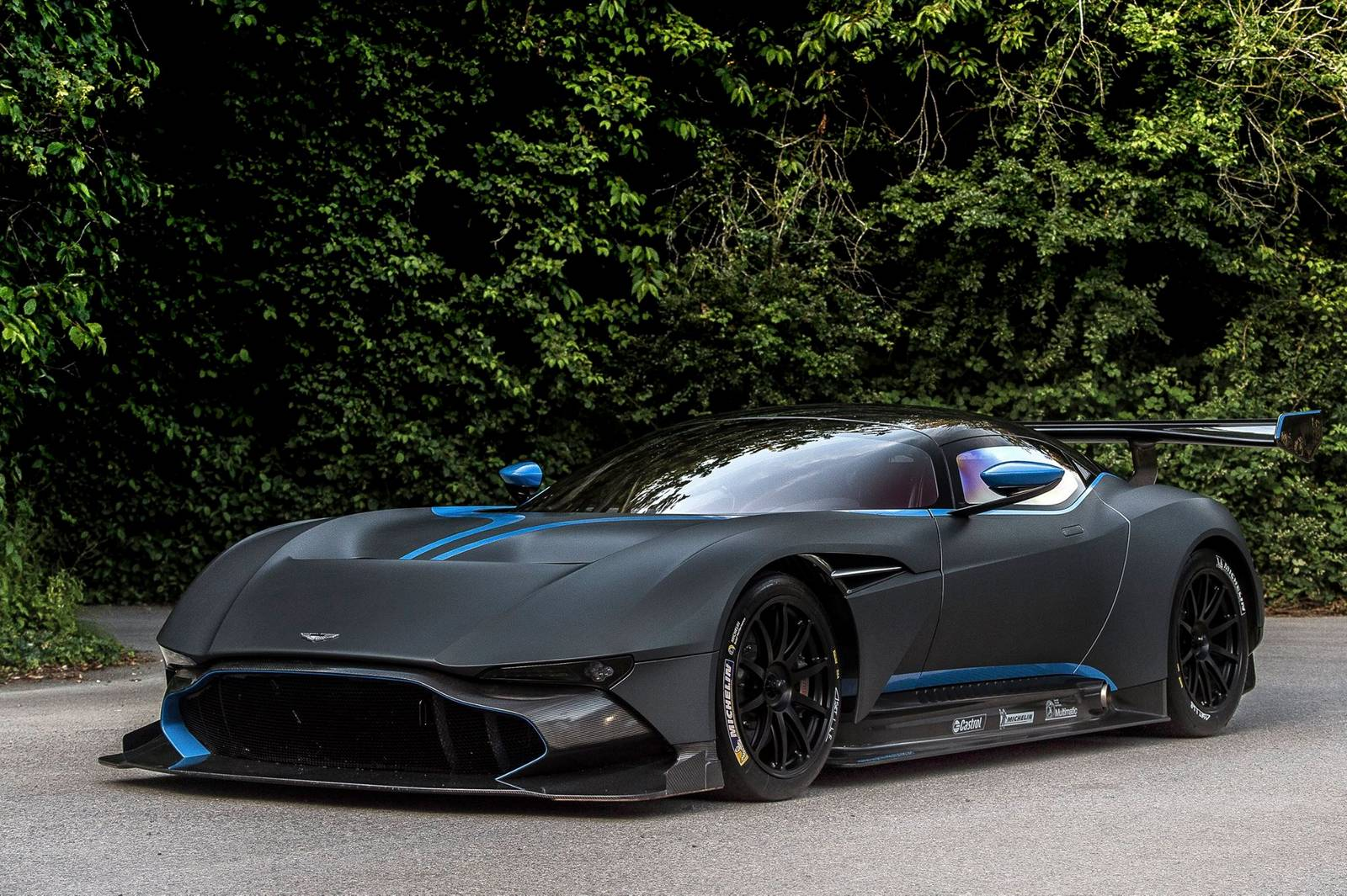 goodwood 2015 black aston martin vulcan gtspirit. Black Bedroom Furniture Sets. Home Design Ideas