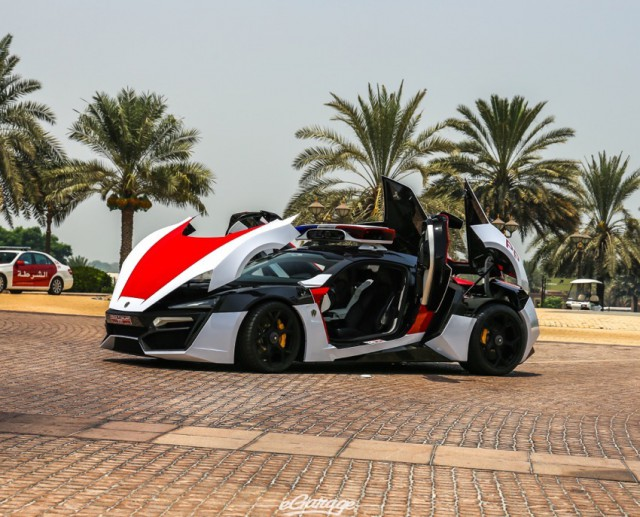 Stunning Dubai Police Lykan Hypersport in Broad Daylight!