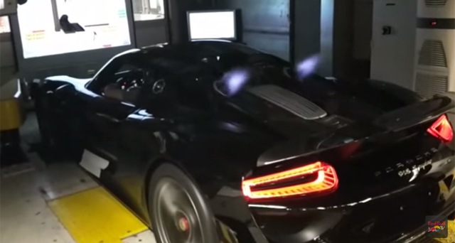 Porsche 918 Spyder spits flames on dyno