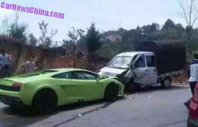Green Lamborghini Gallardo crashes in China
