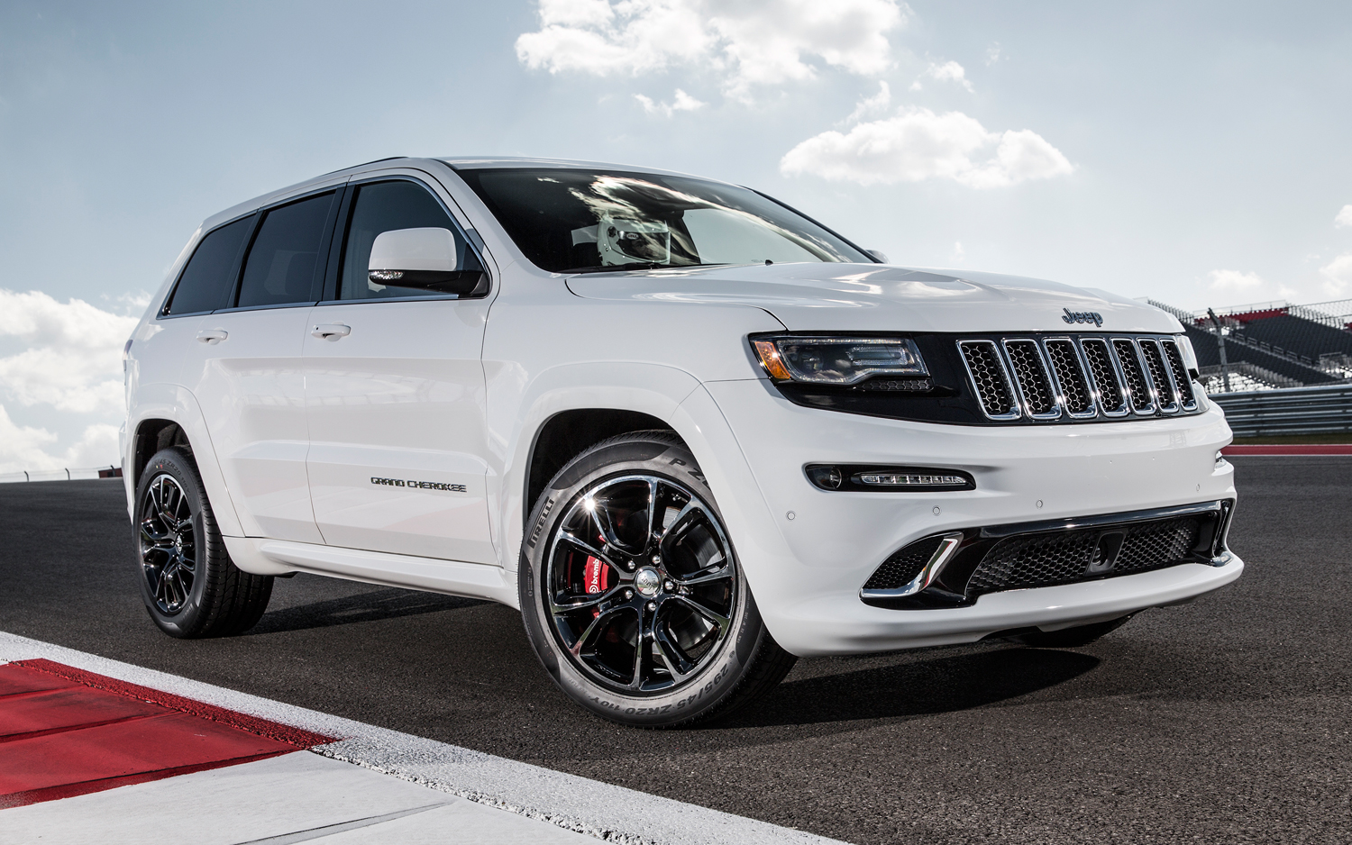 srt powered jeep grand cherokee trackhawk delayed gtspirit. Black Bedroom Furniture Sets. Home Design Ideas