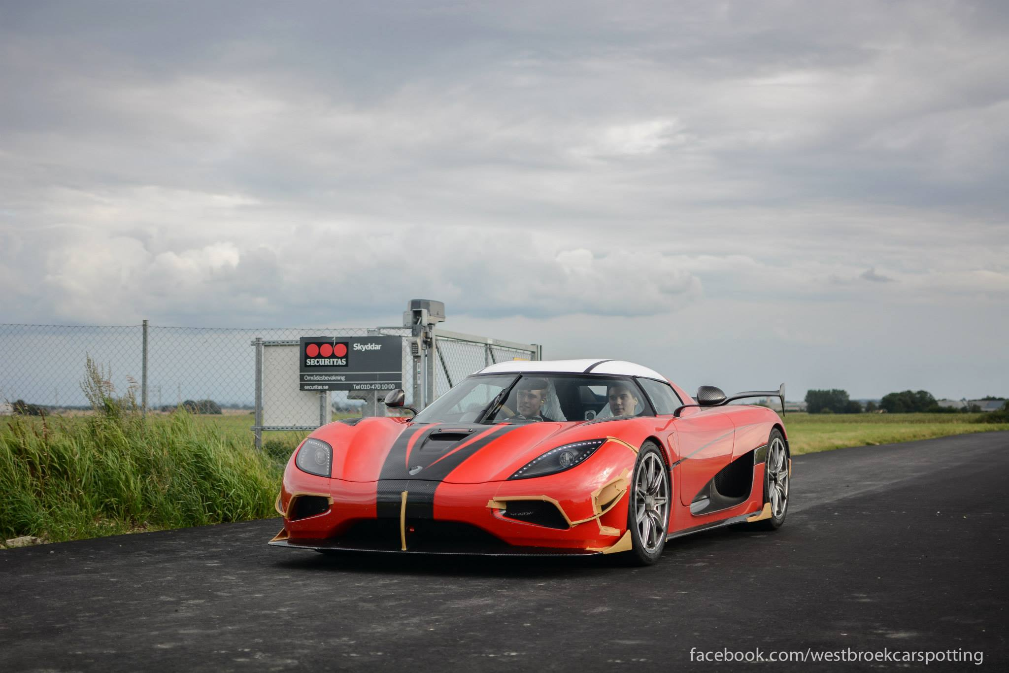 koenigsegg agera rs snapped in the wild gtspirit. Black Bedroom Furniture Sets. Home Design Ideas