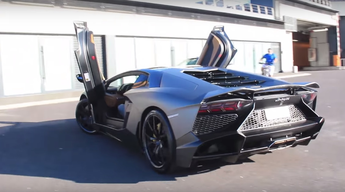 video lamborghini aventador sounds insane with race exhaust gtspirit. Black Bedroom Furniture Sets. Home Design Ideas