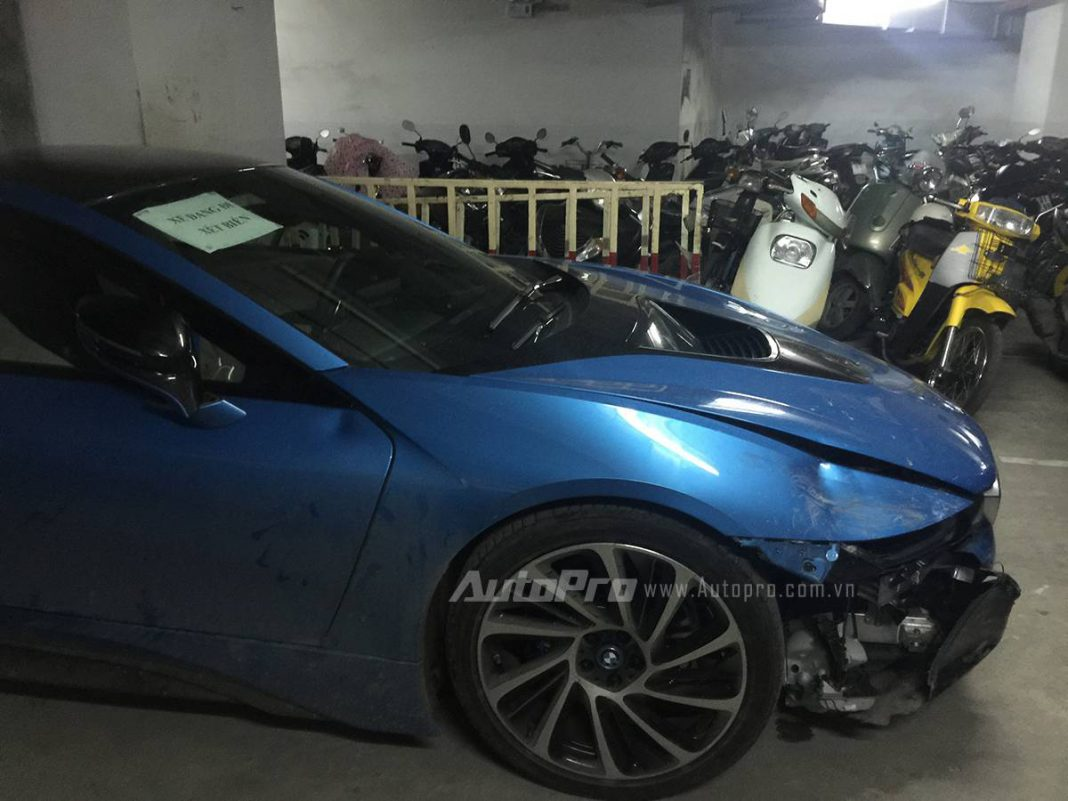 BMW i8 crash