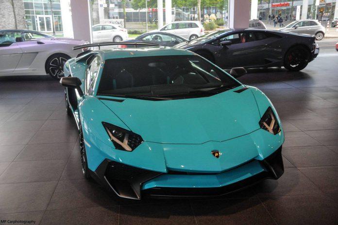 Blu Lamborghini Aventador SV