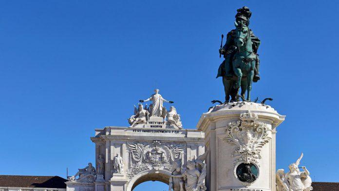 Pousada de Lisboa statue