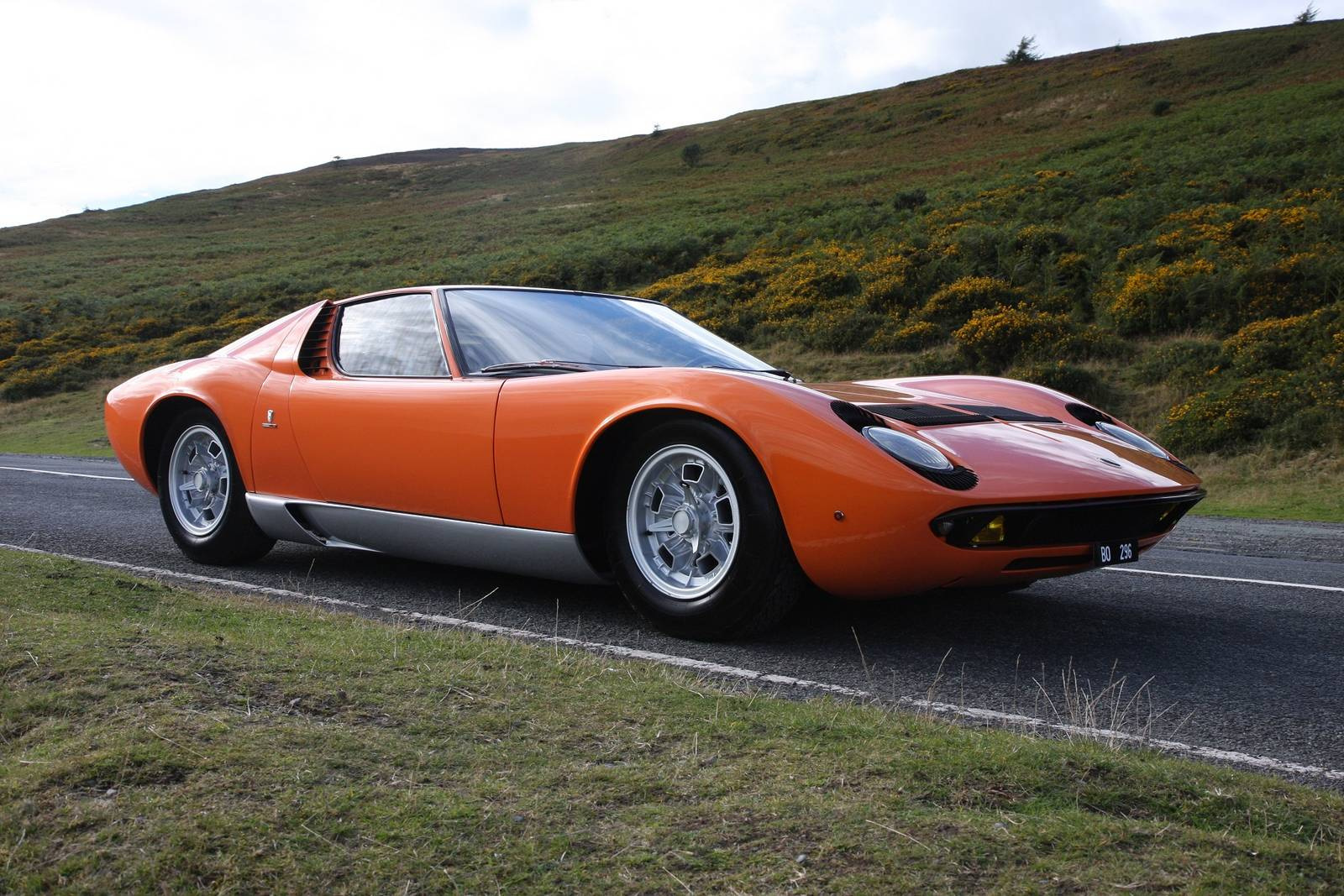 the italian job lamborghini miura for sale in the uk gtspirit. Black Bedroom Furniture Sets. Home Design Ideas