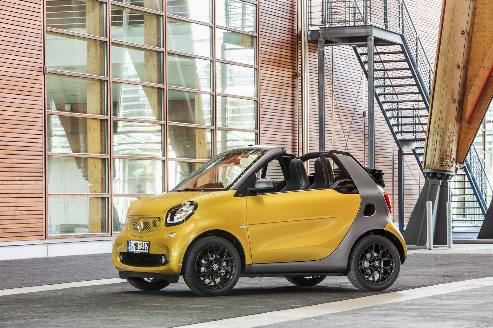 2017 smart fortwo cabrio review gtspirit. Black Bedroom Furniture Sets. Home Design Ideas