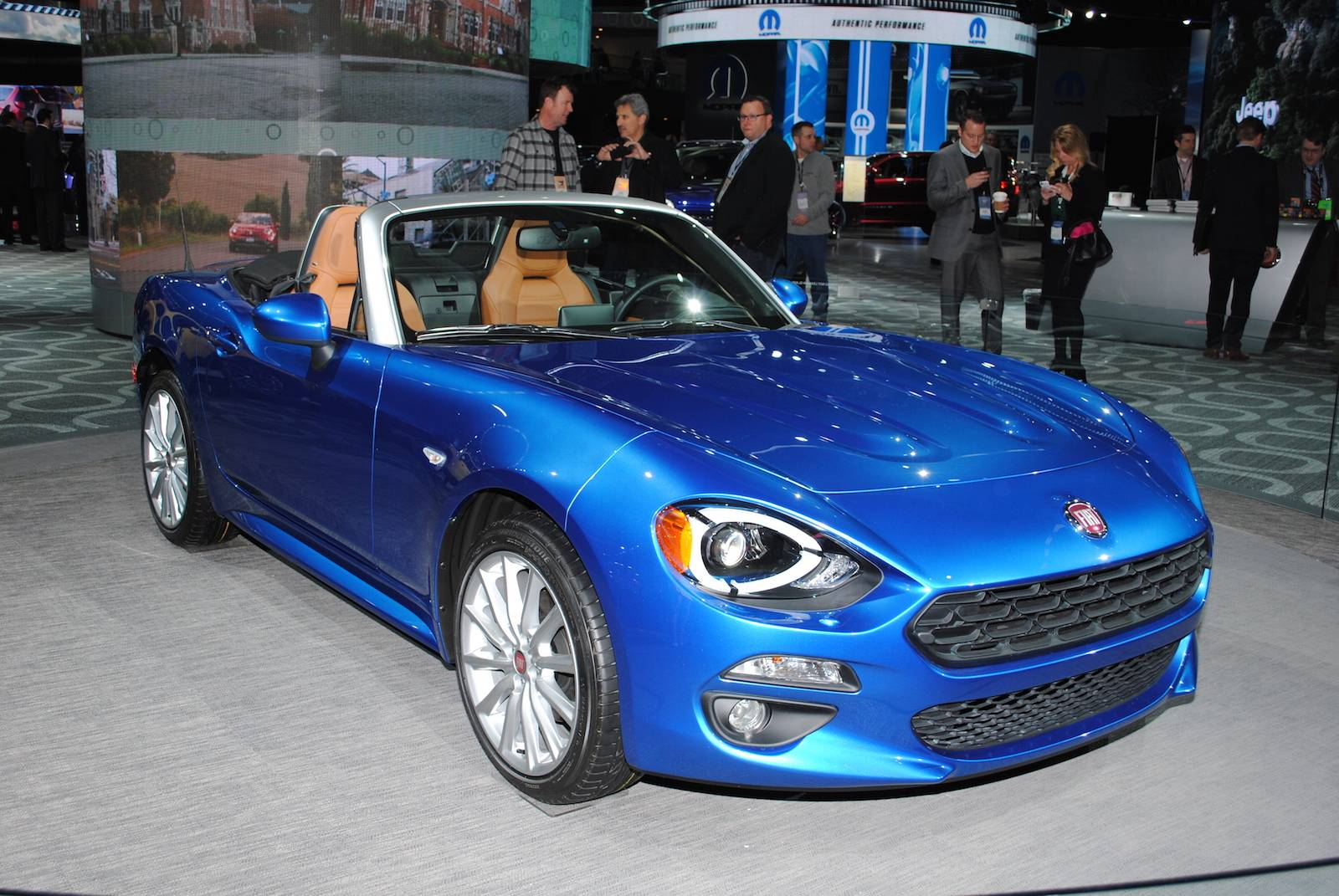 Detroit 2016 fiat 124 spider gtspirit for Fiat 124 spider motor