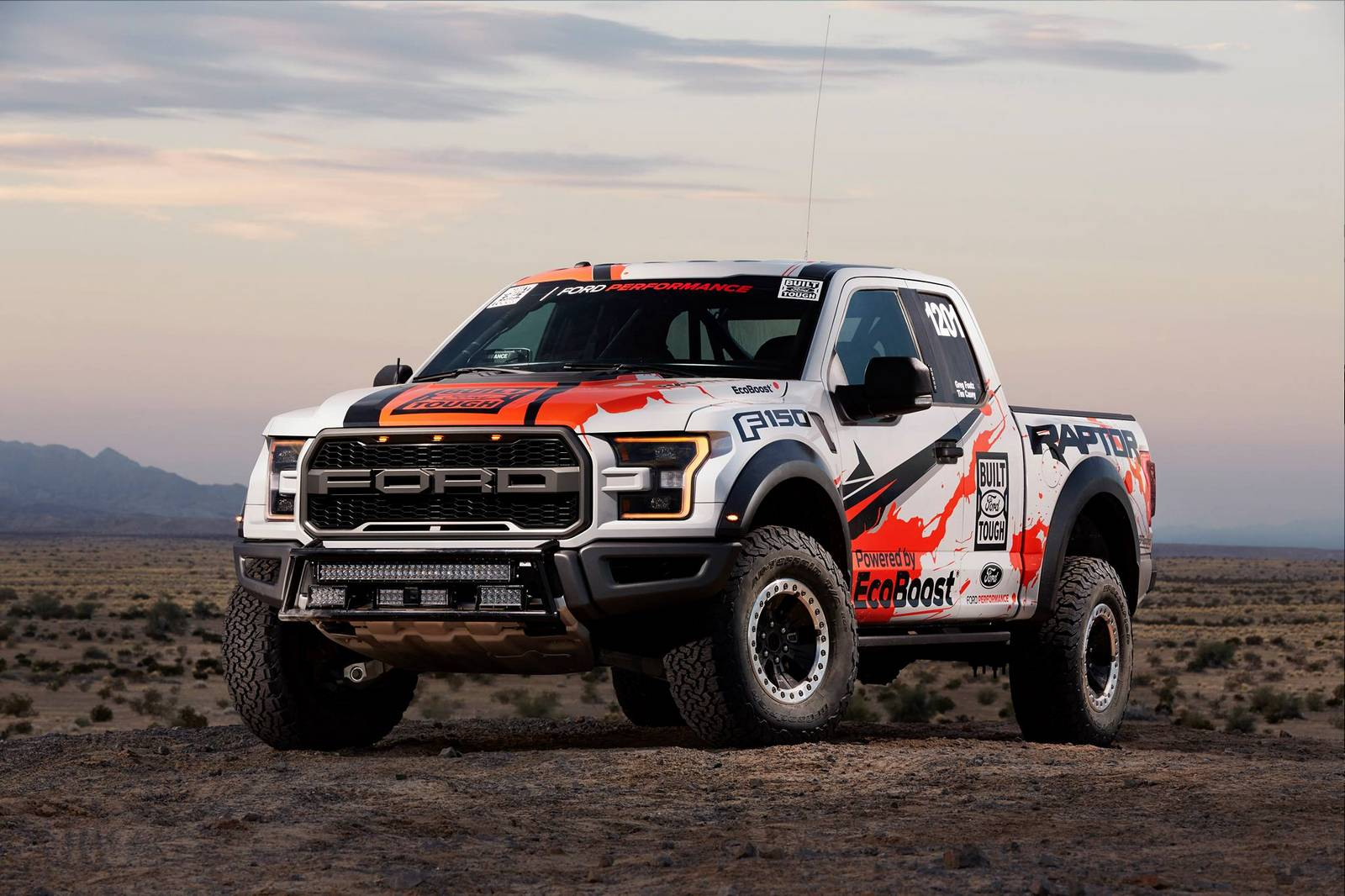 photo of the day 2017 ford f 150 raptor stuns in the desert gtspirit. Black Bedroom Furniture Sets. Home Design Ideas
